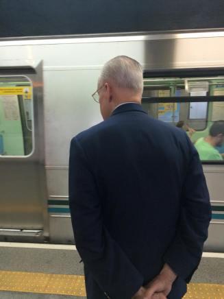 Príncipe brasileiro usa metrô para ir a manifestação de domingo / Reprodução